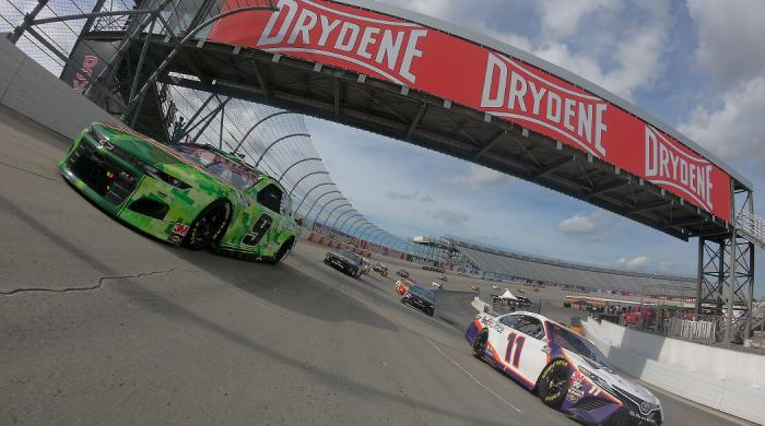 Kierowcy NASCAR na torze Drydene 400. Transmisja w Motowizji